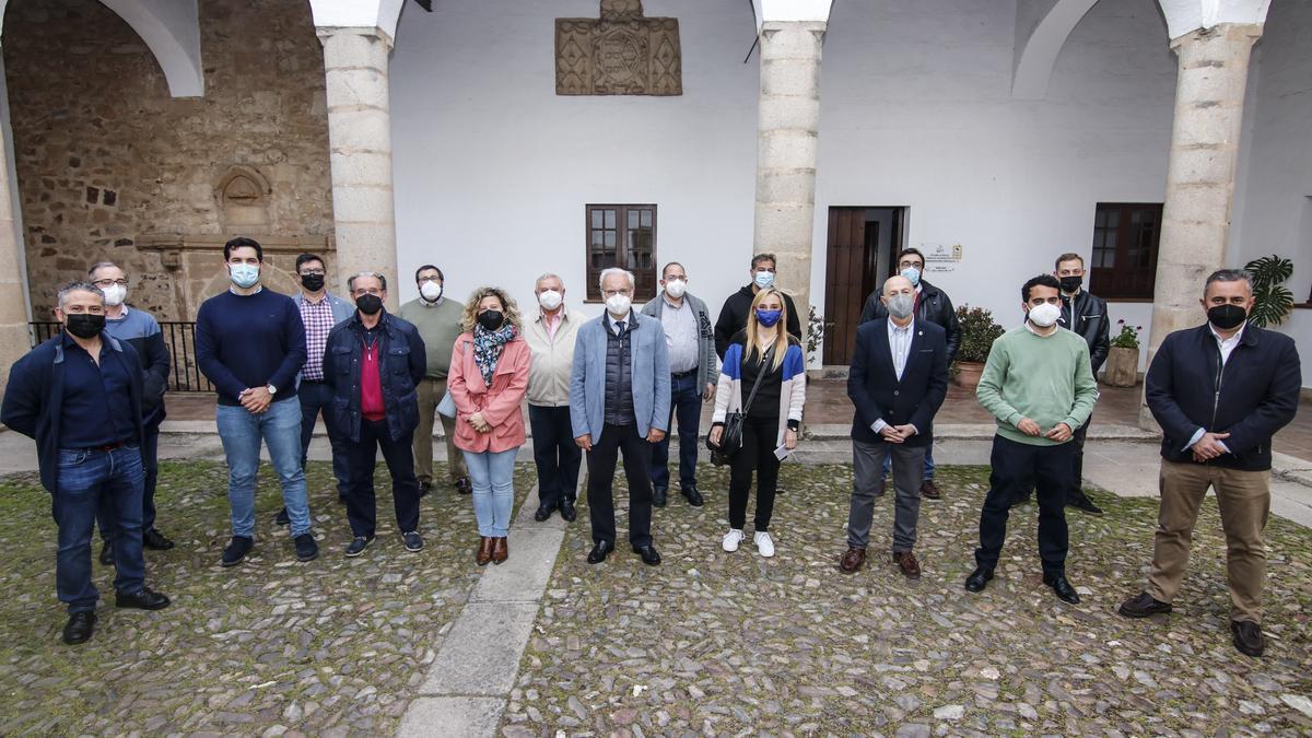 Santos Benítez Floriano (en el centro) fue reelegido ayer presidente de la Unión de Cofradías Penitenciales por el pleno del colectivo.