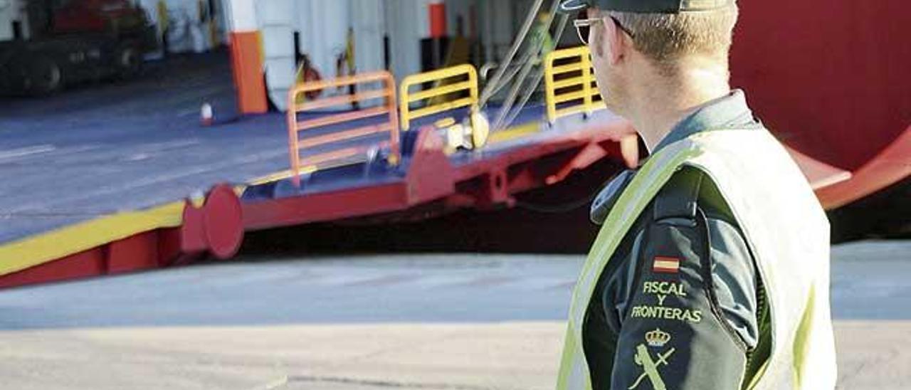 Un agente de la Guardia Civil, durante un control de vehículos en el puerto de Palma.