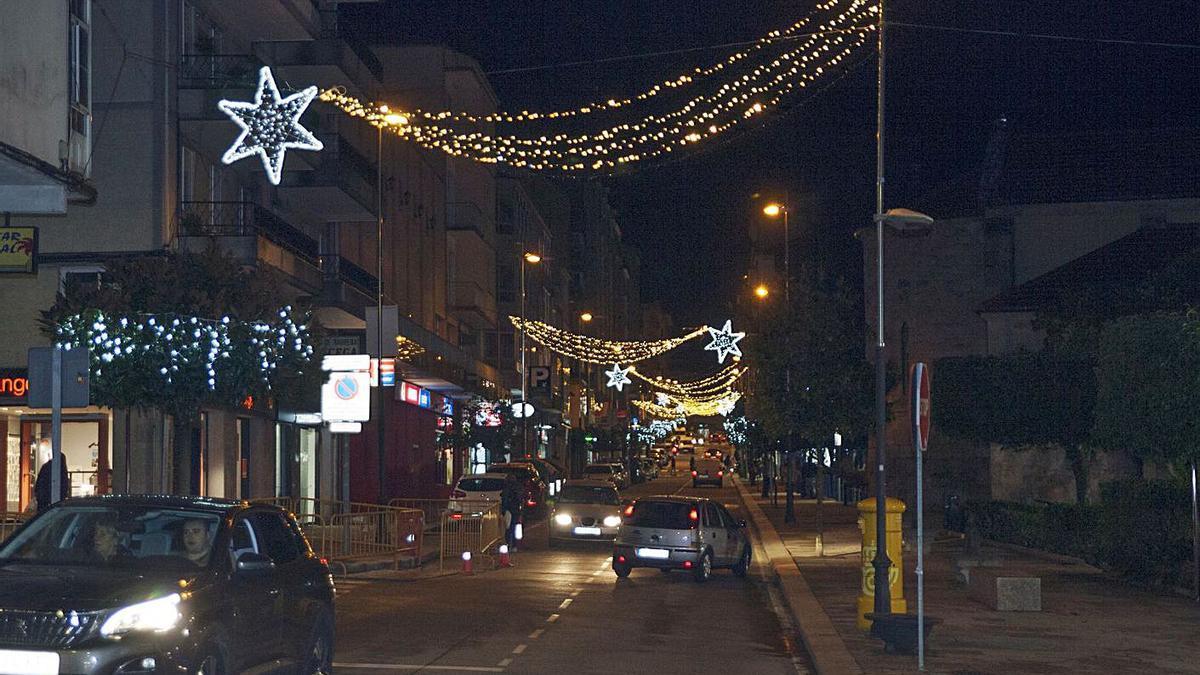 Alumbrado navideño, anoche, en la Avenida Luis González Taboada.   | // BERNABÉ/ANA AGRA