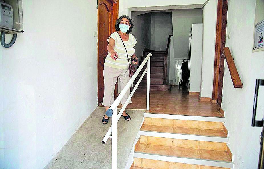 Antonia Sánchez muestra la reforma de la entrada.