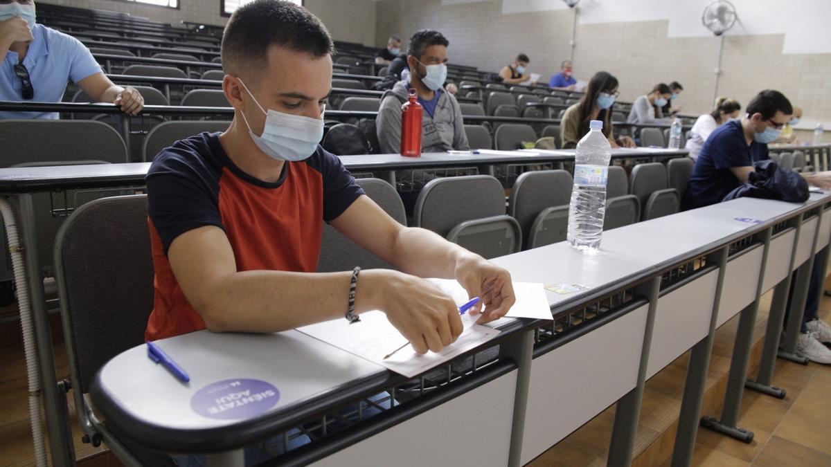 Estudiantes durante un examen en la Universidad de La Laguna.