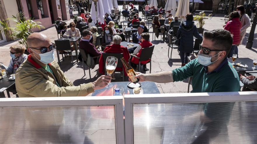 Las terrazas hosteleras seguirán tomando las calles de Oviedo mientras persistan las restricciones del Principado