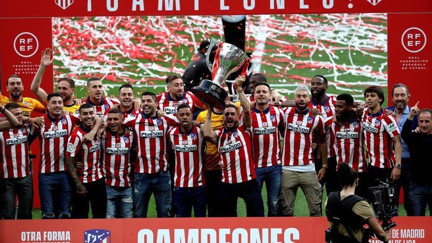 El Atlético de Madrid levanta en el Wanda la Copa de campeón de Liga
