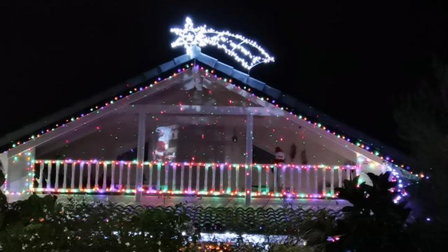 """Miles de luces leds iluminan una casa de Burriana: """"Por lo menos que no nos quiten la Navidad"""""""