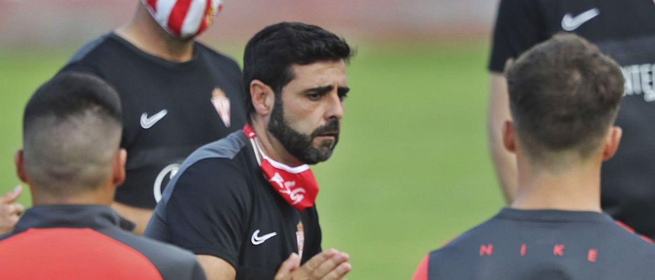 David Gallego da instrucciones a sus jugadores durante un entrenamiento. | Marcos León
