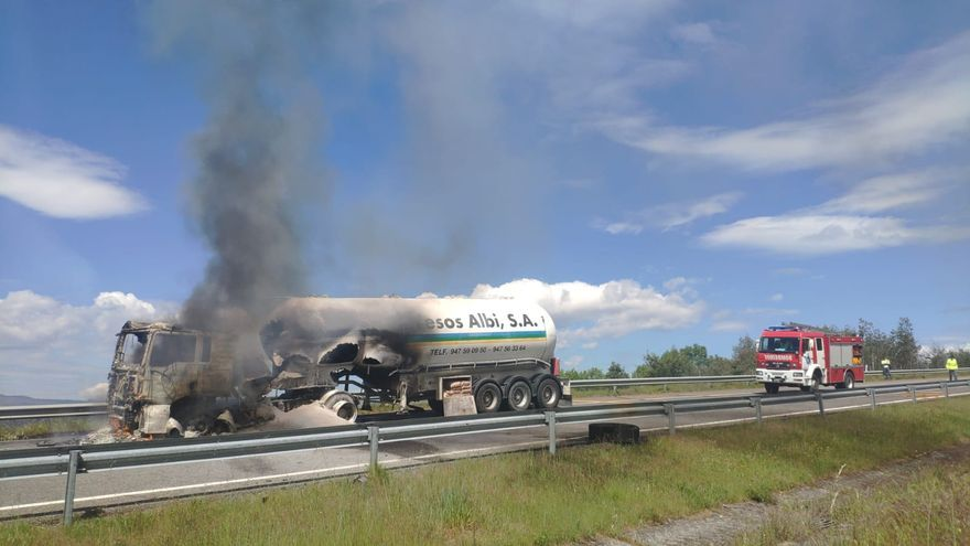 Cortada la A-52 por el incendio de un camión en Verín