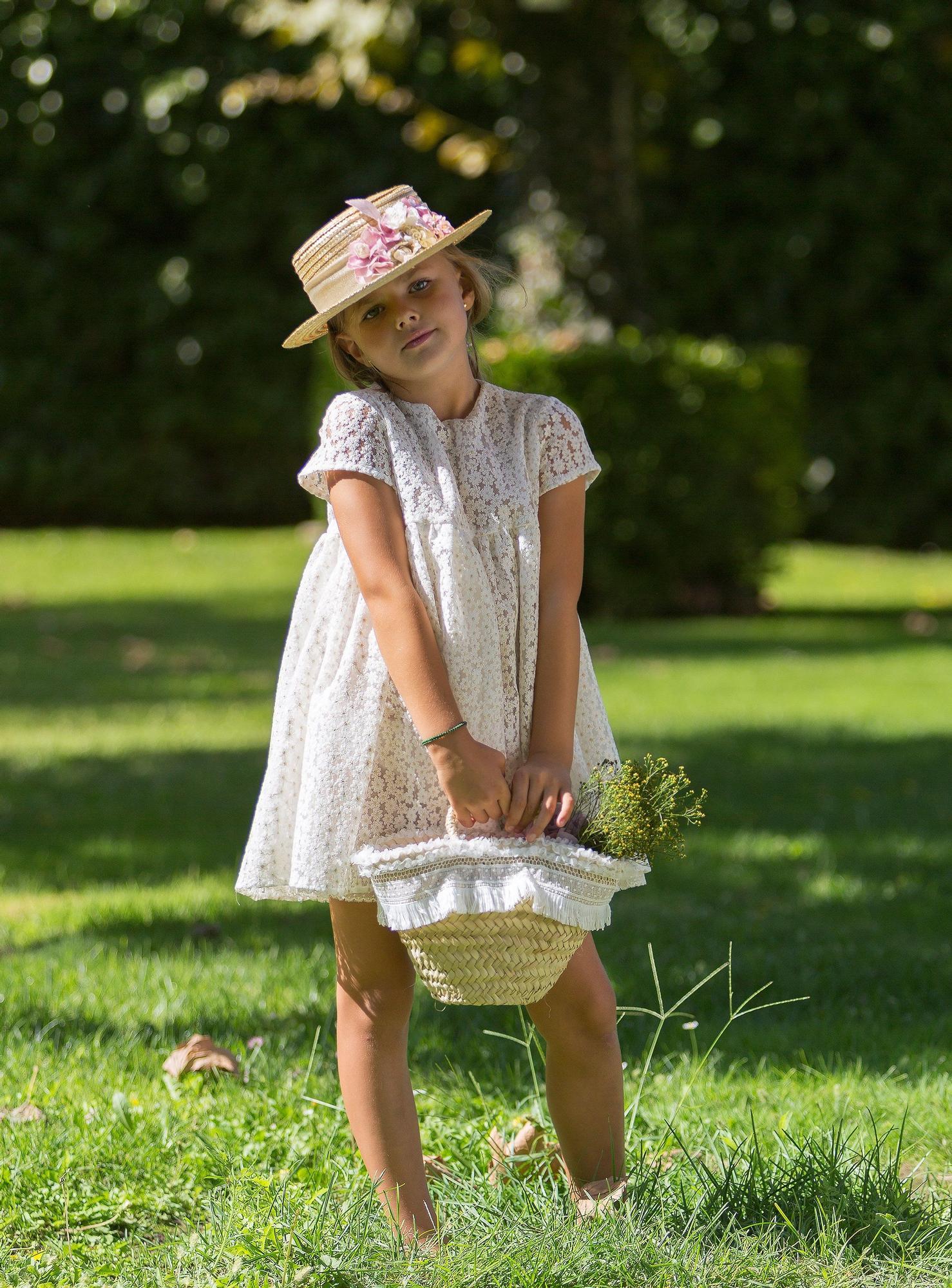Pequeña dama de honor  Predominan los vestidos cortos - como este de Los Sueños de Carlota-y sin medias.