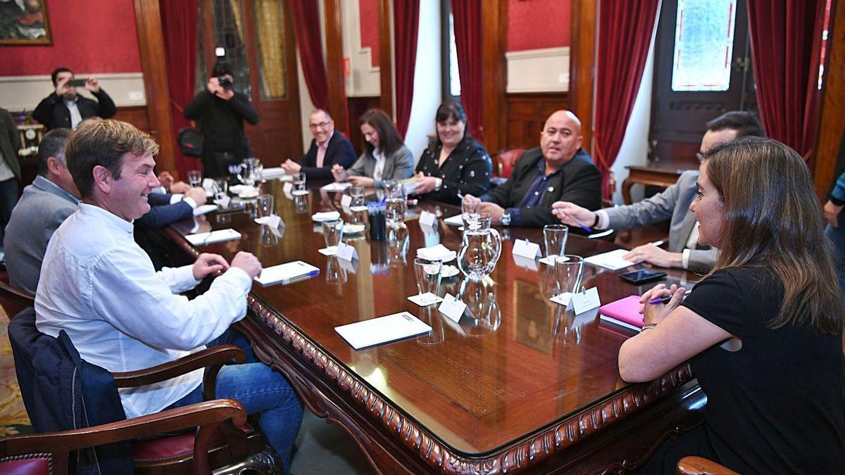Reunión de los alcaldes del Consorcio con la regidora de A Coruña, en María Pita en 2019.     // CARLOS PARDELLAS