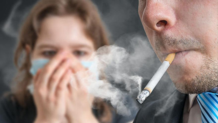 Los fumadores contaminan el ambiente aun cuando no están fumando