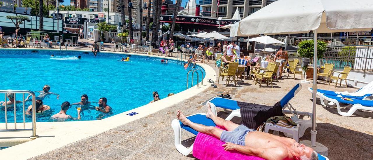 Un grupo de turistas ingleses se baña en una piscina de un hotel de Benidorm el día que se dio a conocer la cuarentena impuesta por Reino Unido.