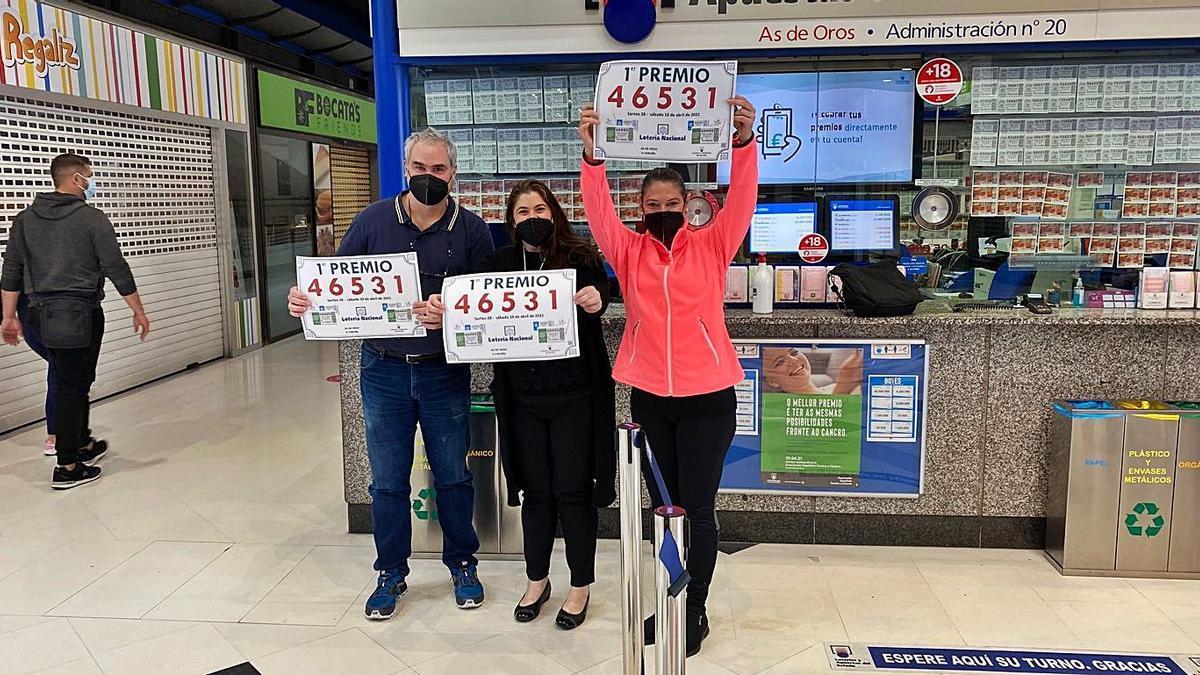 Los loteros que vendieron el primer premio de la Lotería Nacional, ayer, en sus administraciones.     // LOTERÍAS