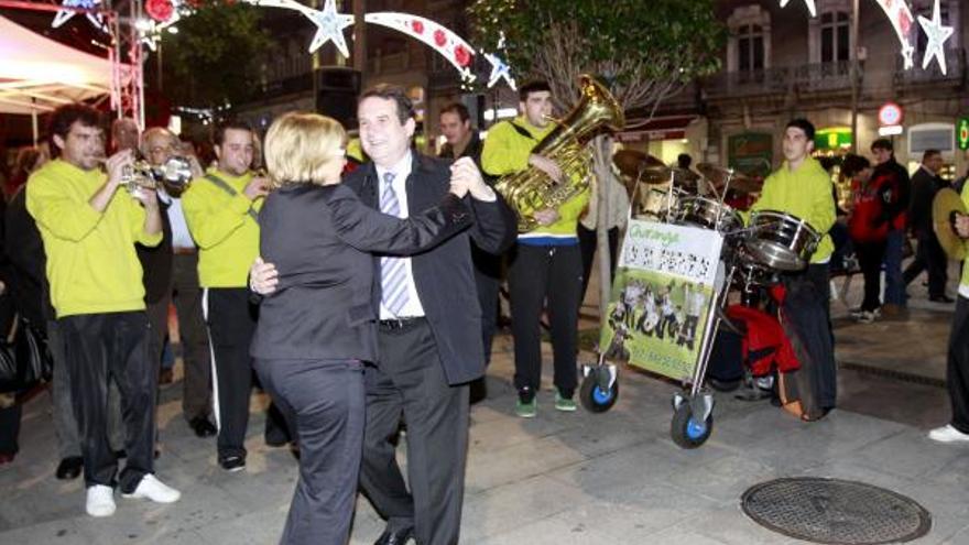 Abelairas bailando con Caballero durante un acto de encendido de las luces de Navidad de Vigo. J. Lores.JPG