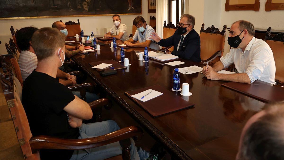 El presidente de la Diputación, José Martí, en una reunión de la MAT junto con el diputado de Desarrollo Rural, Santi Pérez y los alcaldes de Atzeneta, Sant Joan de Moró y Borriol.