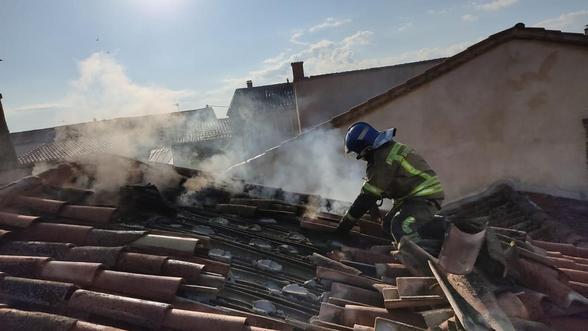 Los Bomberos de Toro, en el tejado de la vivienda de Sanzoles afectado por las llamas