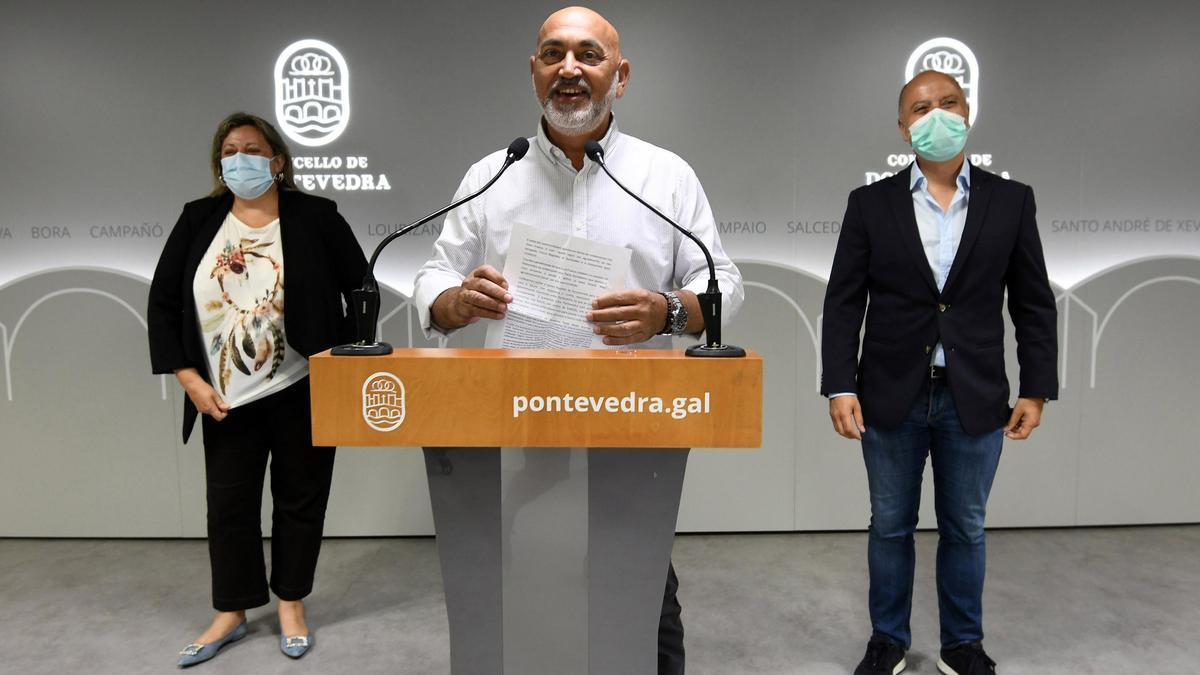 El teniente de alcalde, Tino Fernández, junto a la concejala Yoya Blanco y el delegado del Estado en la Zona Franca, David Regades, esta mañana en la presentación del convenio.