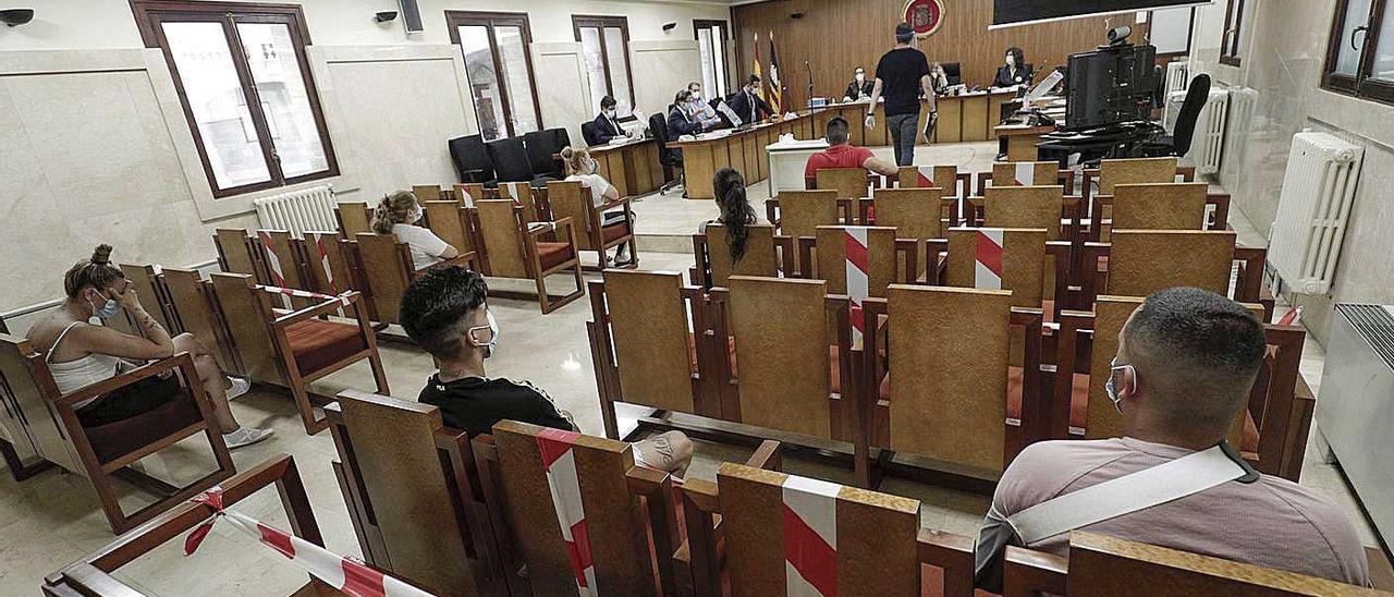 Los acusados, durante el juicio celebrado en la Audiencia.