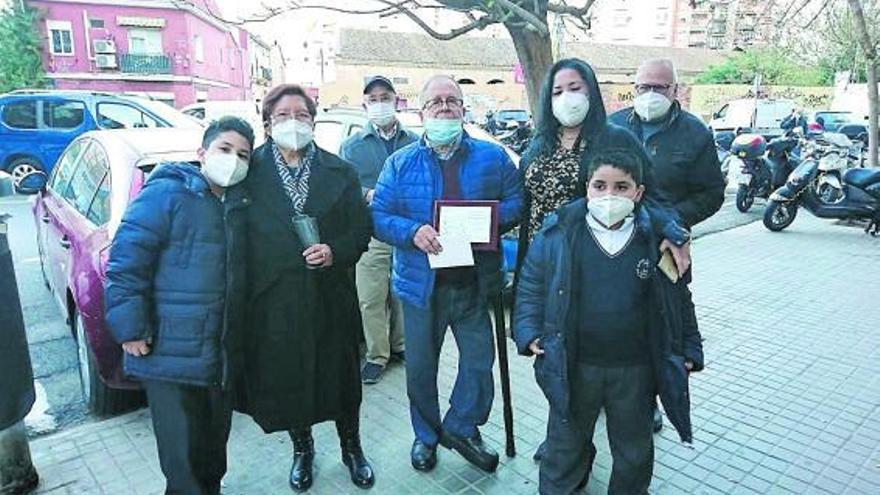 Vecinos de La Saïdia rinden homenaje al zapatero del  barrio por su 77 cumpleaños
