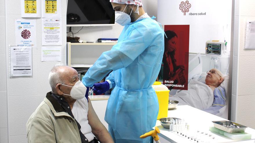 Un hombre de 90 años, primer vacunado en el Baix Vinalopó