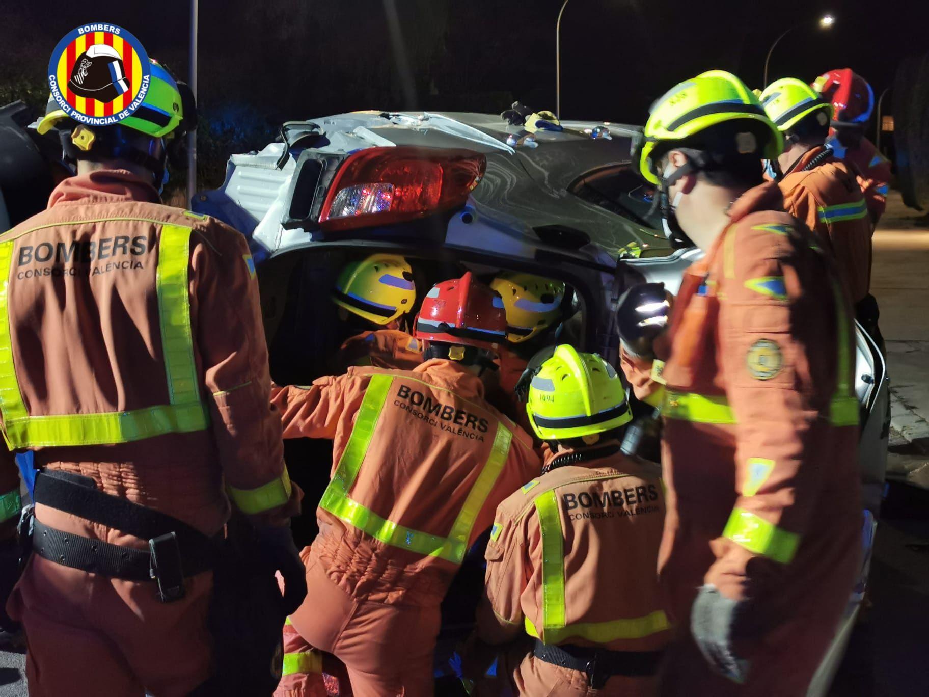 Espectacular accidente de tráfico entre dos turismos en Torrent