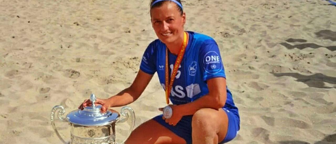 Heba Bermúdez, la jugadora de Aldán, con el trofeo de campeona de liga en Cádiz. |  // FDV