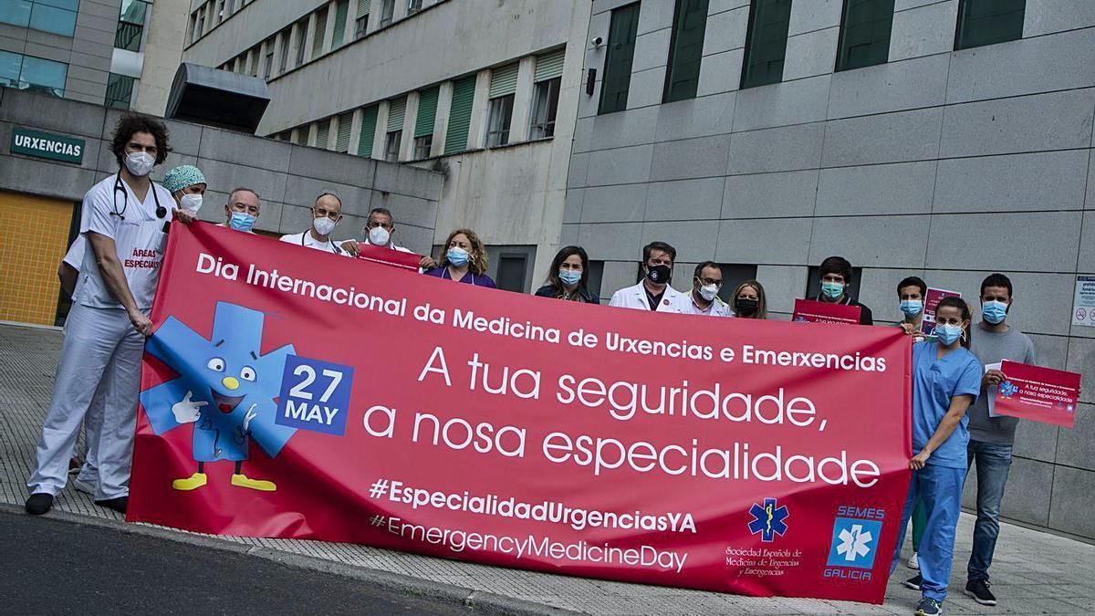 Personal de Urgencias en la reivindicación ayer a las puertas del CHUO.   | // BRAIS LORENZO