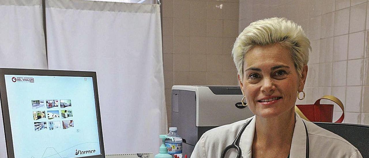María Ángeles Medina en su centro de salud en Elche.