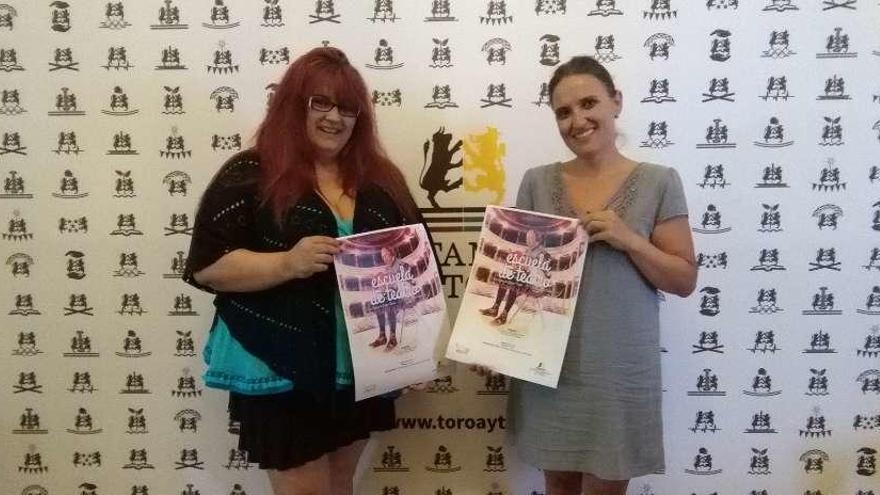 Ana López (izquierda) y Sara Pérez presentan el cartel anunciador de la Escuela de Teatro.
