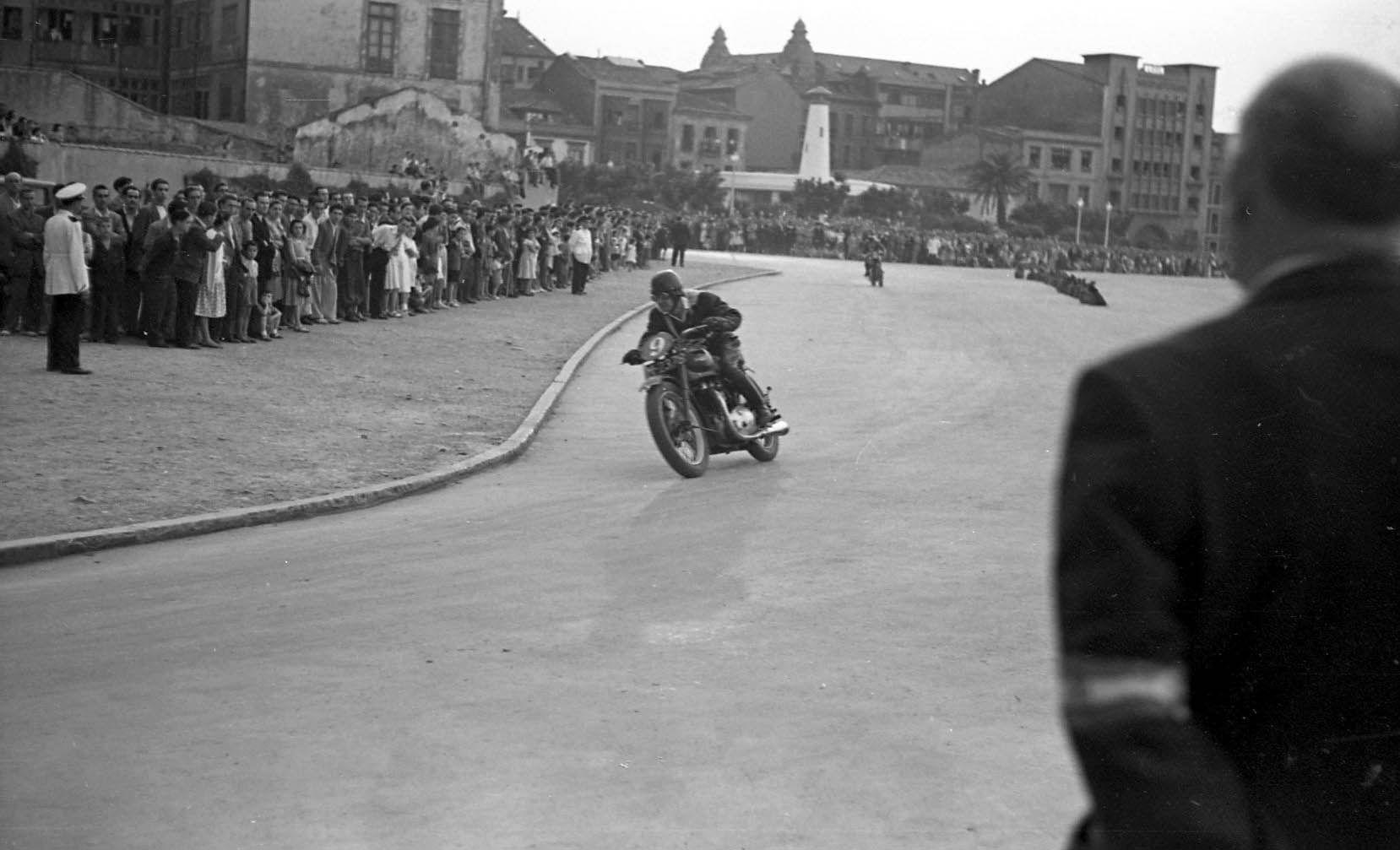 Justo del Castillo. Carrera de motos en el Paseo de la Playa de Gij�n-Xix�n, h. 1958.jpg