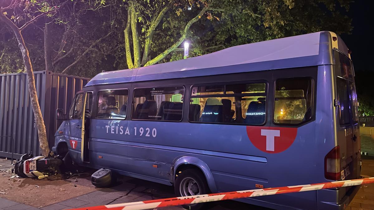 El minibús robat que va xocar contra una moto i un vianant a una plaça de Tolosa.