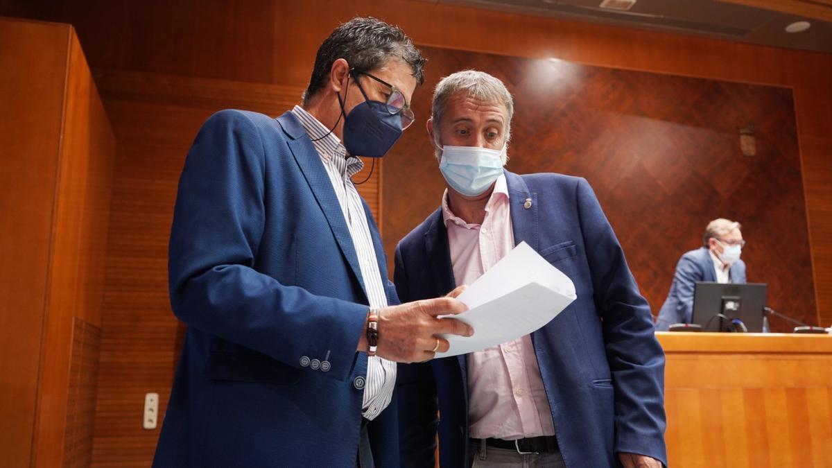 Ramiro Domínguez (derecha) charla con Antonio Romero, este martes antes de la comisión.