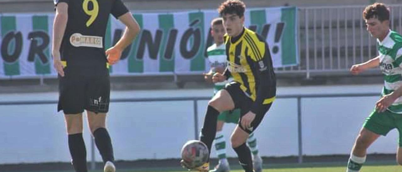 Óscar Iglesias controla un balón ante varios contrarios y su compañero Hugo Soto en un lance del partido de ayer.