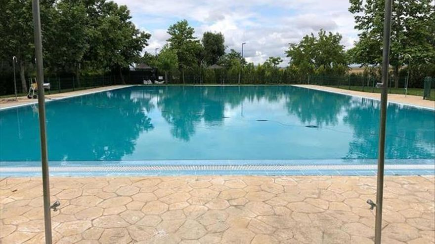 Último retoque a la piscina de Malpartida