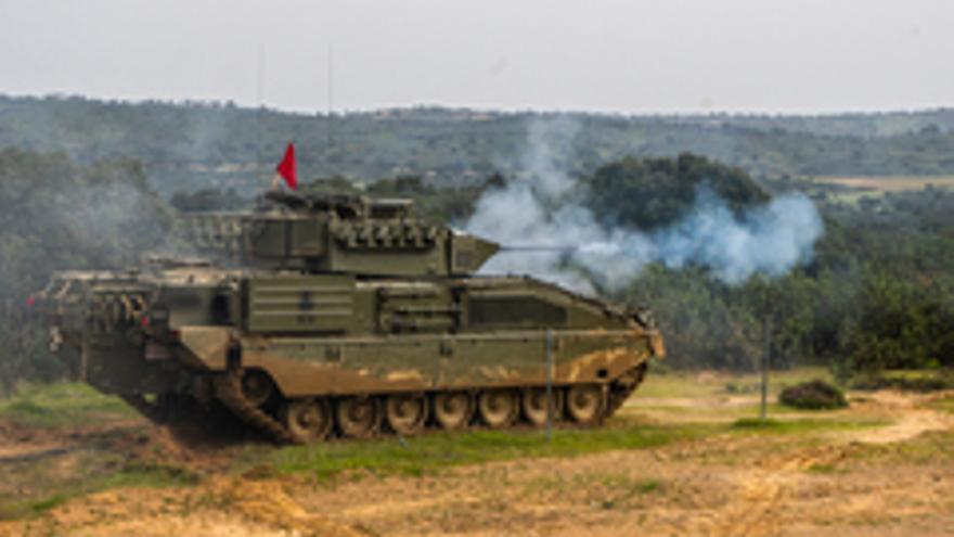 El vehículo de combate Pizarro realiza pruebas de tiro en Cerro Muriano