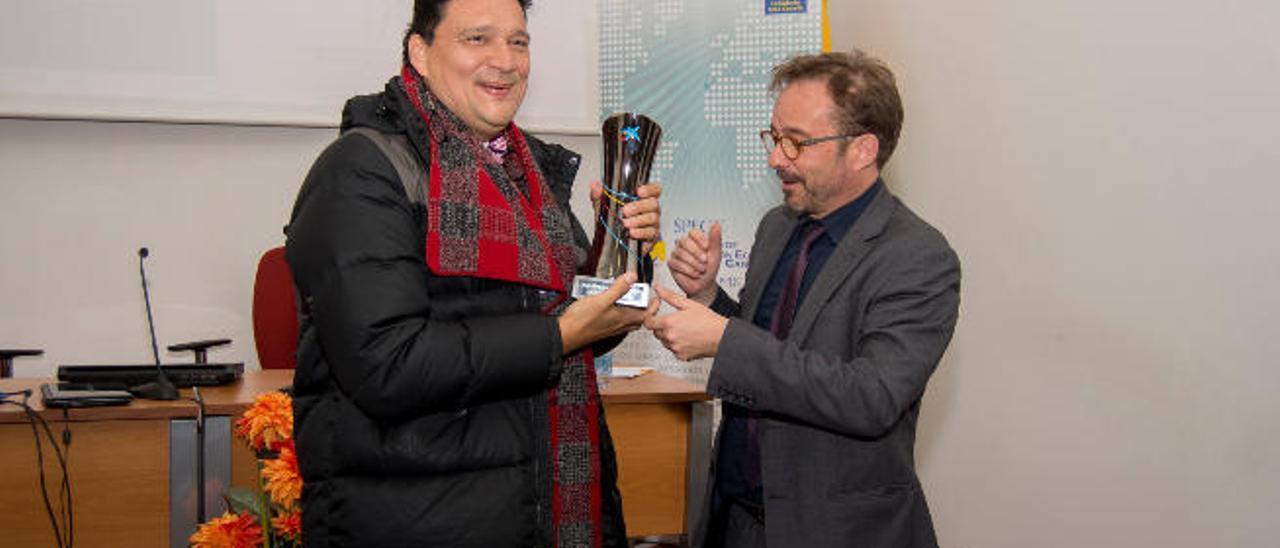 El ganador del concurso de ideas, Mario Mas (izquierda), junto al presidente de la Sociedad de Promoción, Raúl García.