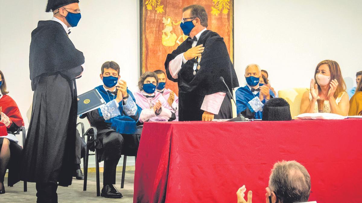 Jaume Carot tras jurar el cargo saluda a Huguet, con la mano en el pecho, ante el aplauso de Armengol.