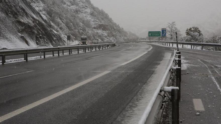 El Huerna se cubre de nieve: cerrado a camiones y límite de 60 kilómetros por hora