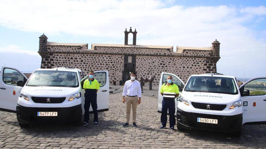 El Cabildo presenta dos nuevos vehículos para el transporte del personal de los Centros