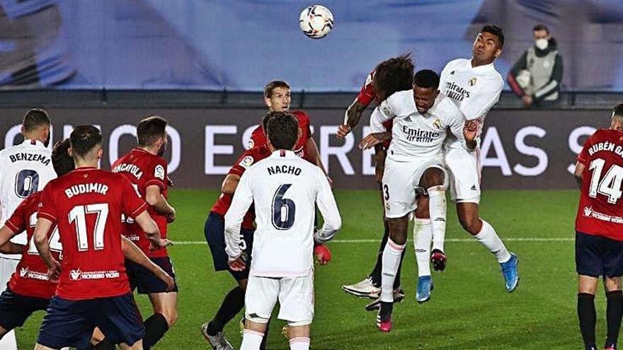 El Madrid sua per   fer la feina contra un Osasuna que cedeix a l'últim quart d'hora