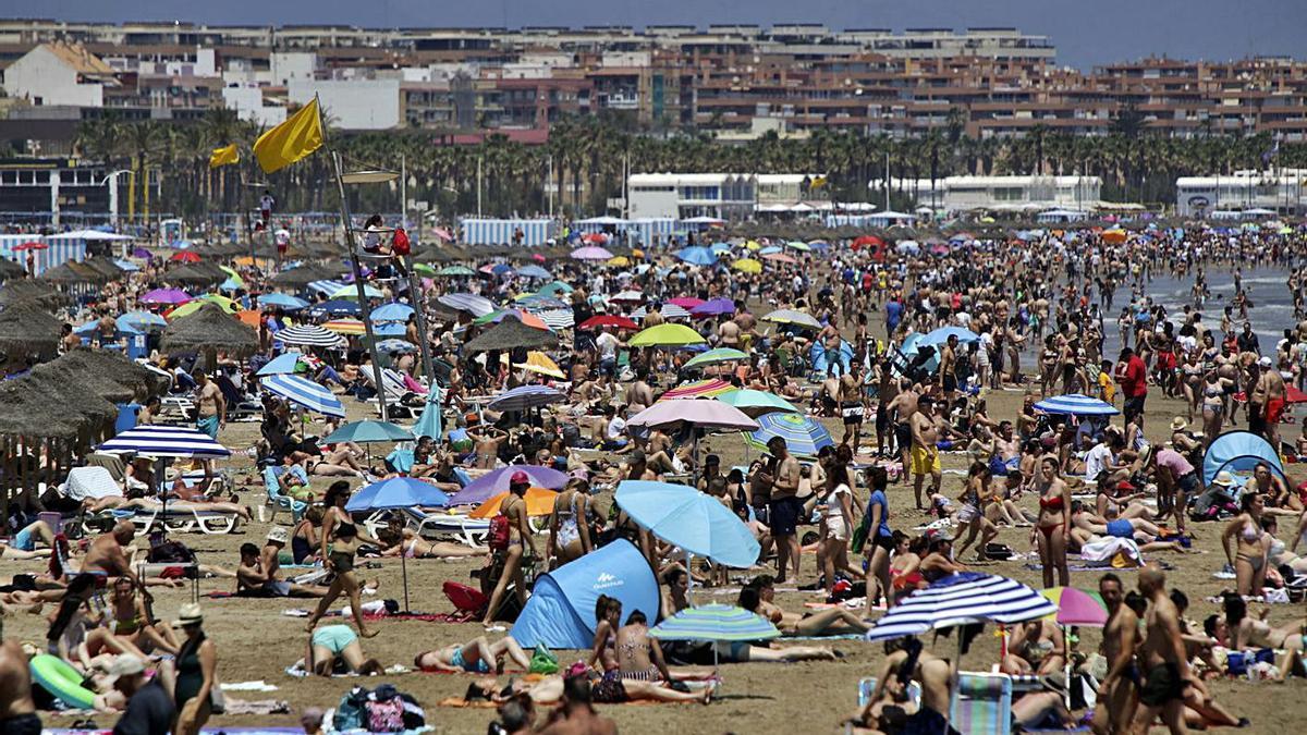 El buen tiempo del domingo en València llena las playas y las zonas costeras, ayer.  | EDUARDO RIPOLL