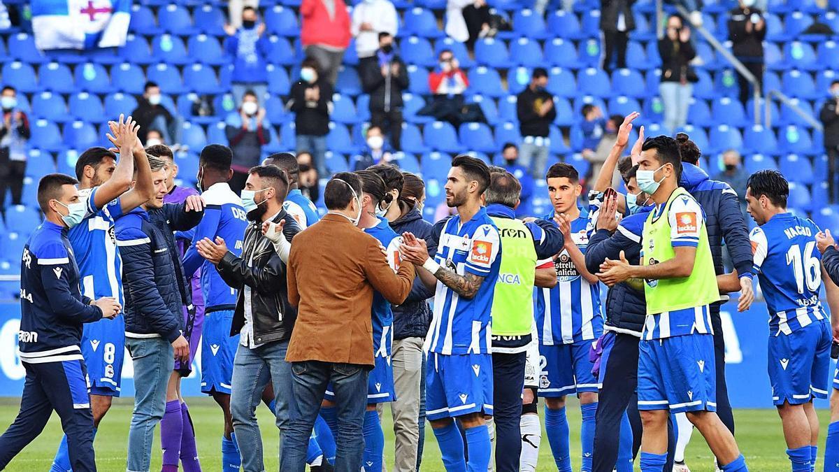 Los jugadores deportivistas saludan a la grada tras el partido contra el Langreo. |  // VÍCTOR ECHAVE