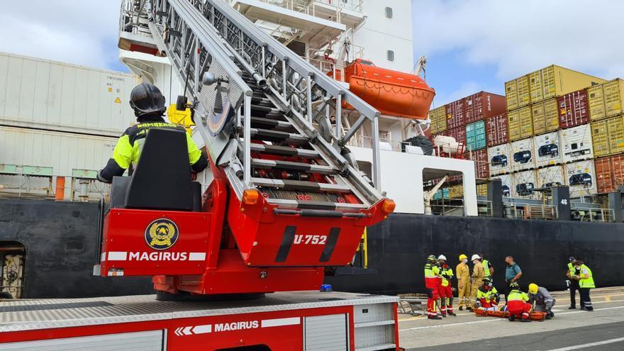 Un marinero resulta herido al caer desde cuatro metros de altura en un barco en La Luz