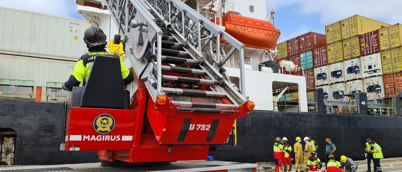 Momento de la evacuación del marinero herido en un vehículo escalera de los bomberos.