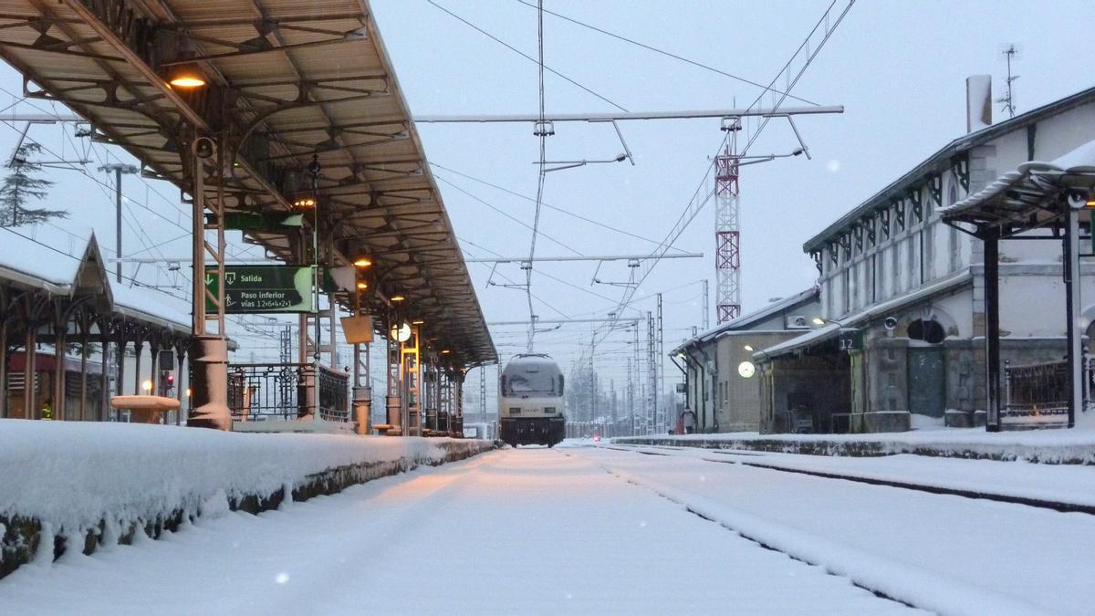 Nieve en la vía férrea por la borrasca Filomena
