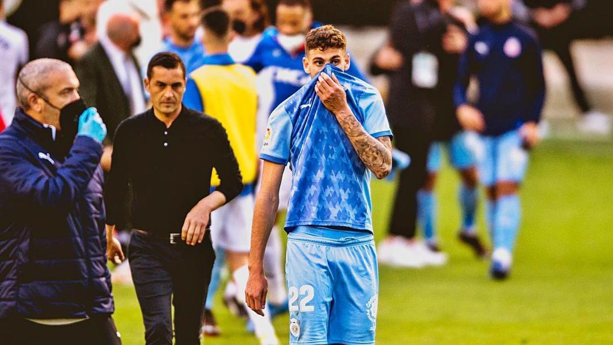 Santi Bueno es tapa la cara al final del partit, amb Francisco al seu costat.