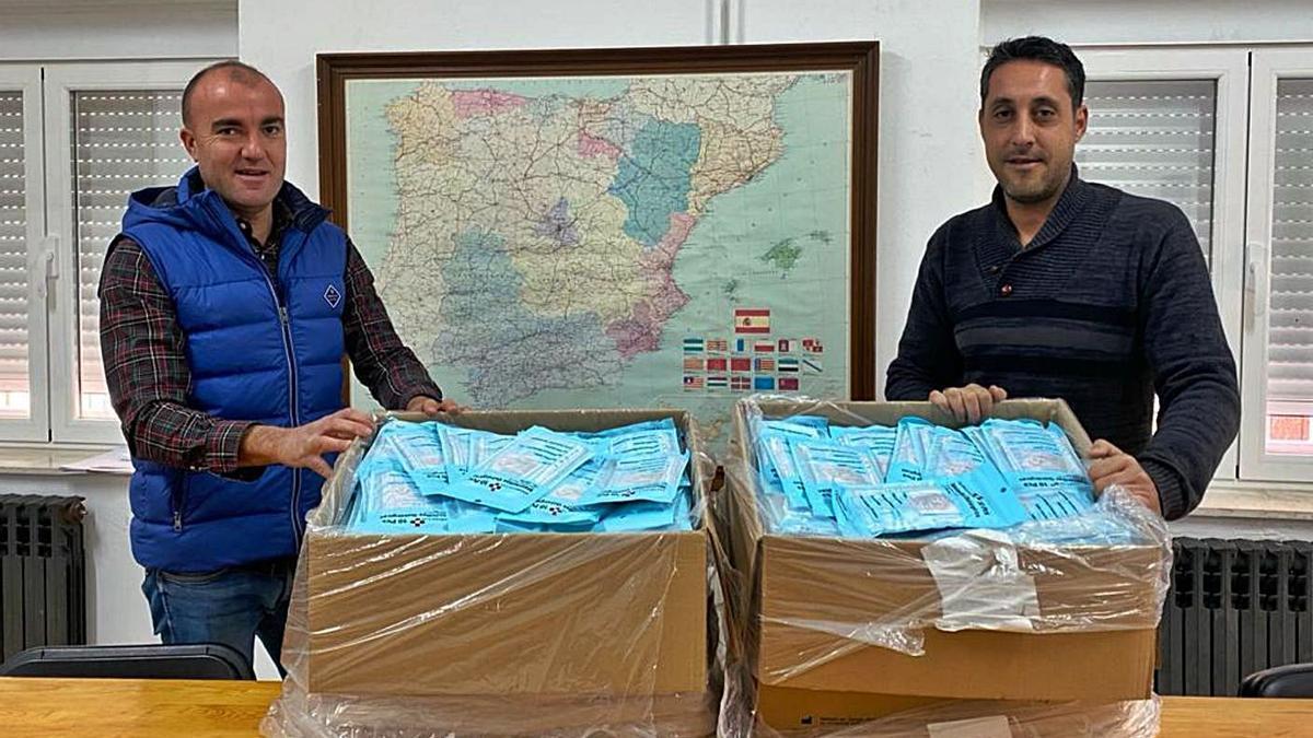 El alcalde pedáneo de Ceadea y el alcalde de Fonfría muestran los paquetes de mascarillas que repartirán.   Ch. S.