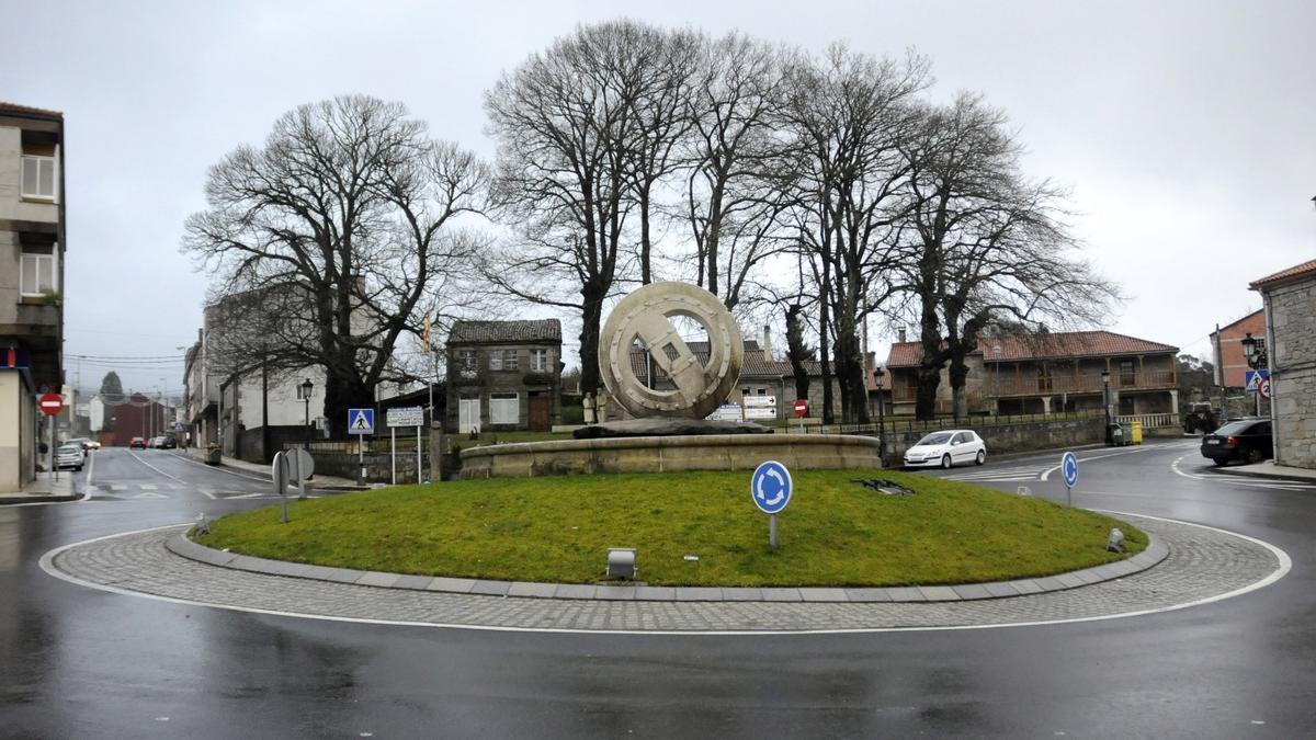 La simbólica rueda de carro que preside la rotonda de Rodeiro.
