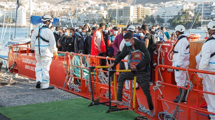 El Muelle de Arguineguín tiene a unos 876 migrantes este martes