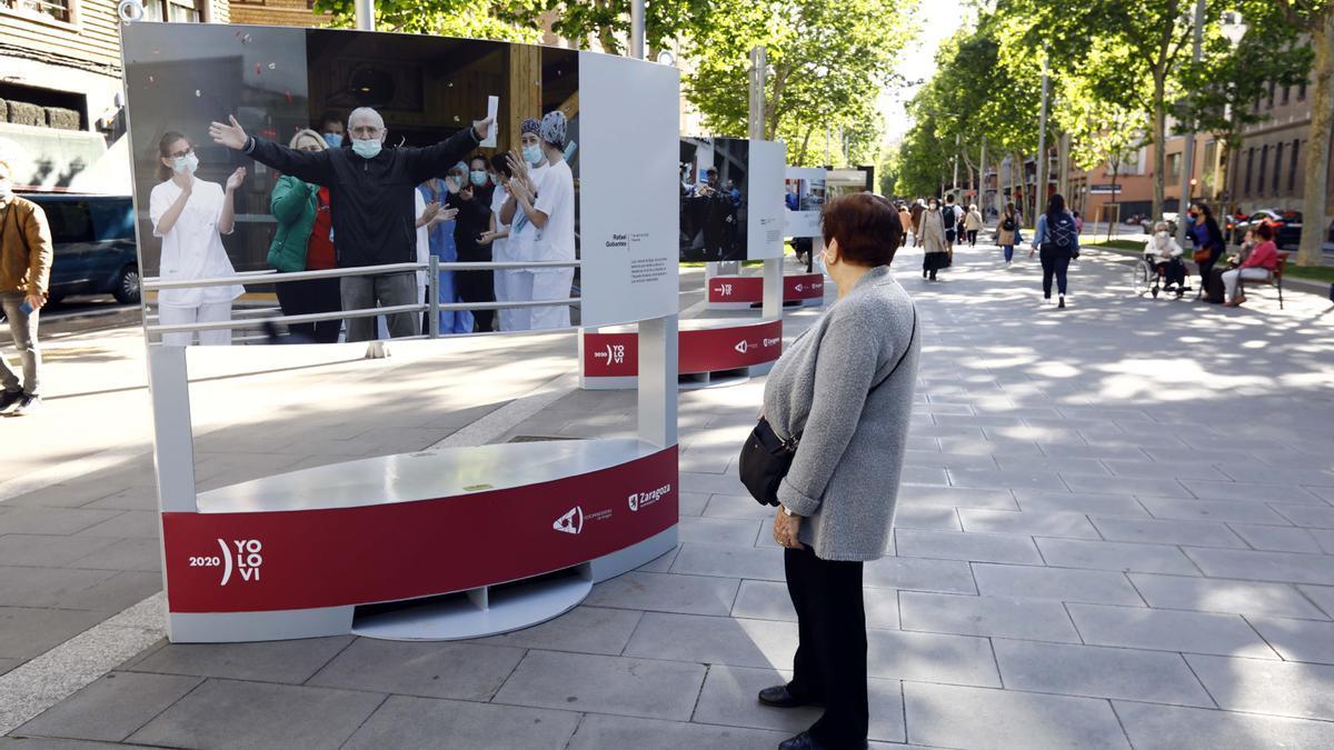 La Asociación Profesional de Fotoperiodistas estrenó ayer, en la Gran Vía de Zaragoza, una exposición con las mejores fotos de la pandemia.