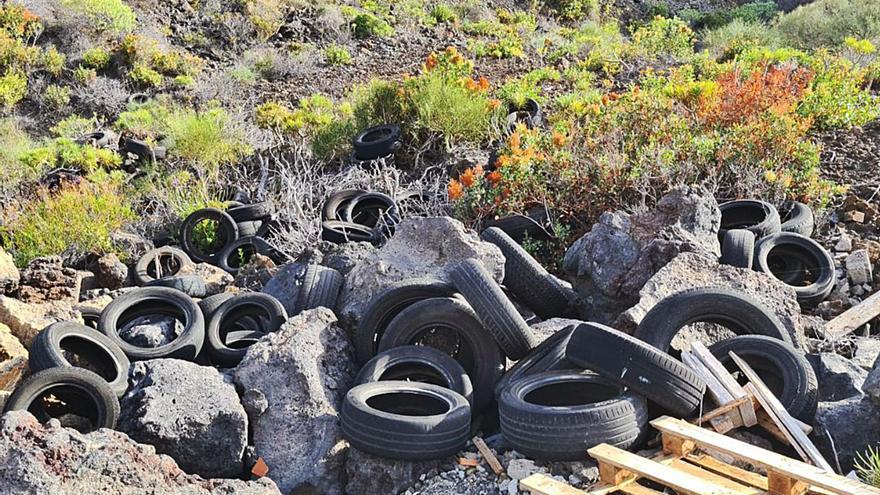 Vuelven los vertidos de neumáticos en espacios naturales de Los Llanos