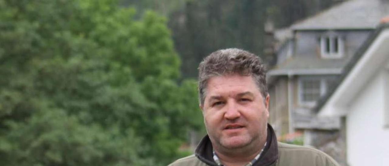 César Castaño, en el puente que cruza el río Navelgas.